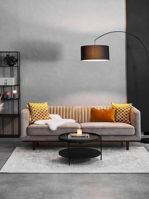 salon z szarą ścianą i szarą sofą z żółtymi poduszkami