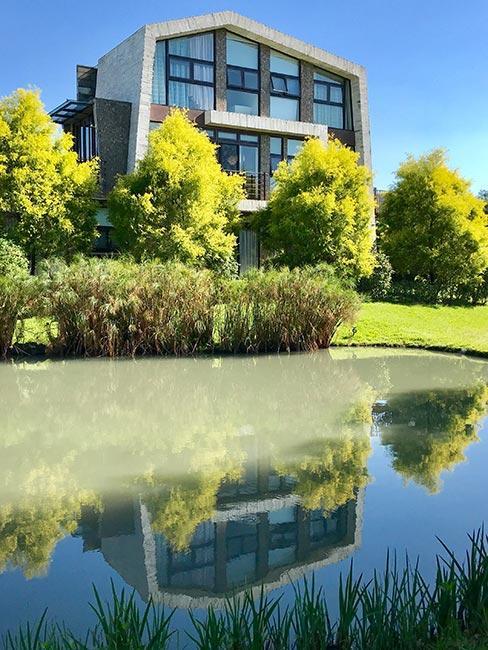 zielony park przy nowoczesnym budynku