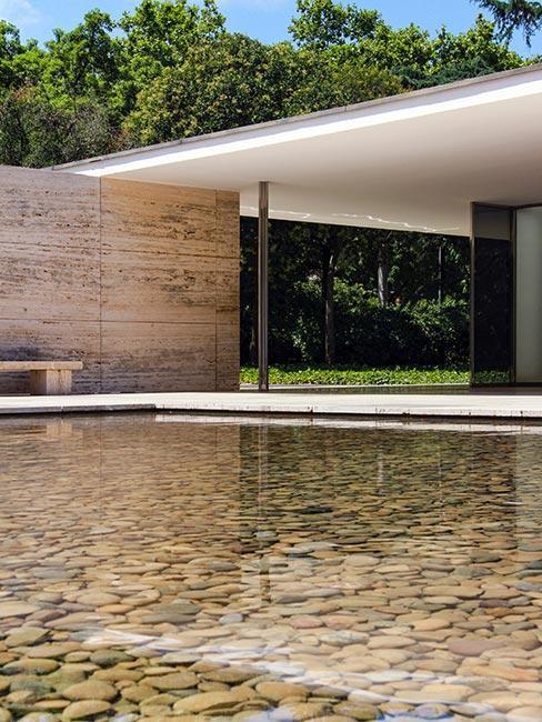 minimalistyczny budynek nad wodą