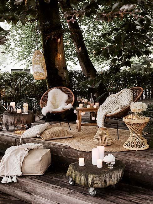 Przytulny ogród w stylu boho oświetlony świeczkami i girlandami