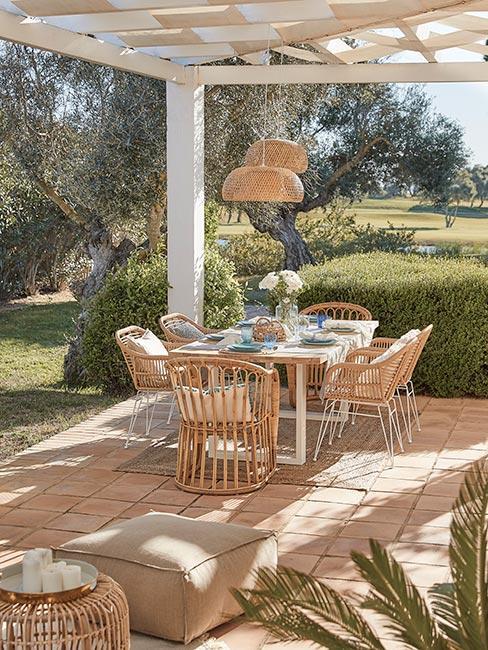 śródziemnomorski taras z rattanowymi meblami
