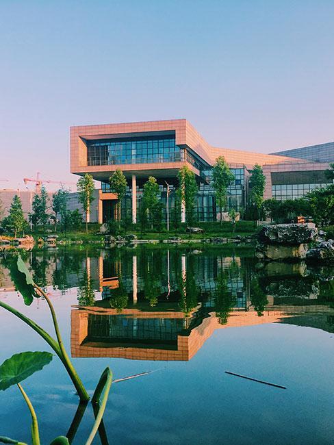 nowoczesny budynek nad wśród zieleni