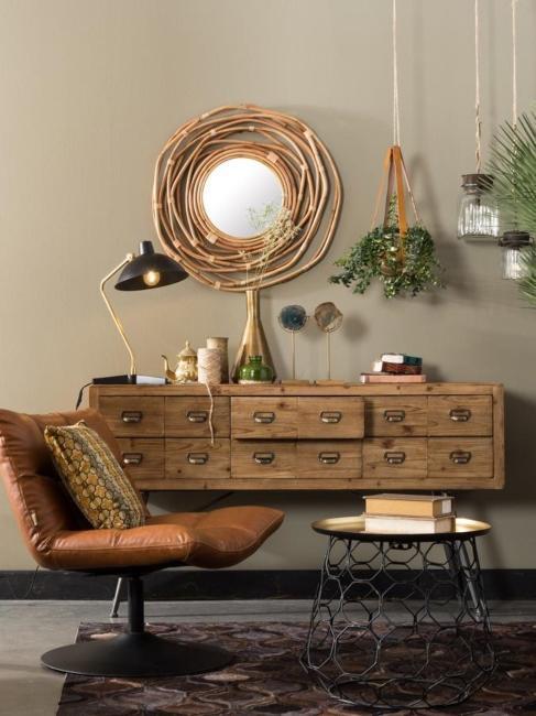 salon w stylu industrialnym ze skórzanym fotelem i drewnianą komodą