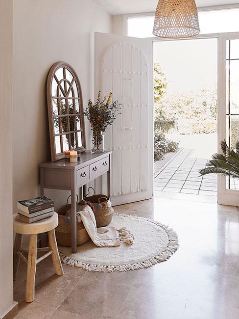 śródziemnomorski przedpokój w domu w stylu country