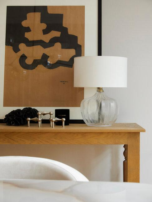 Lampka stojąca na małej półce w przedpokoju