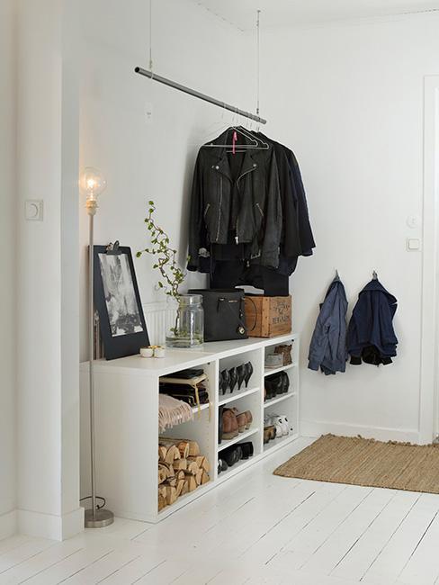 Jasny korytarz w domu z wieszakami na ubrania