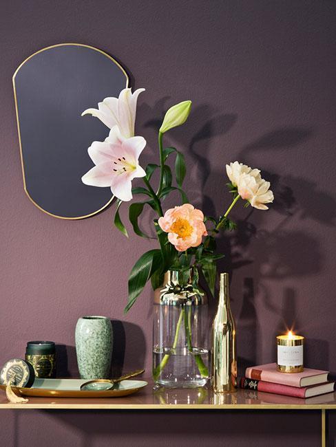 Korytarz z fioletową ścianą, wazonem z kwiatami i lustrem