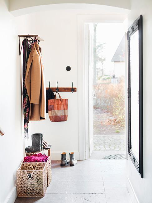 Biały korytarz, otwarte drzwi wejściowe