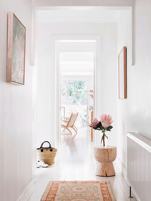 Jasny korytarz udekorowany kwiatami