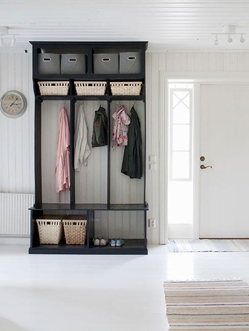 czarna drewniana garderoba w przedpokoju w stylu prowansalskim