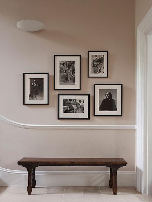 Ławka w korytarzu a nad nią czarno-białe fotografie