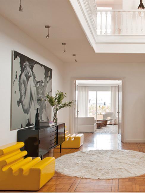duży nowoczesny przedpokój z żółta designerską sofą