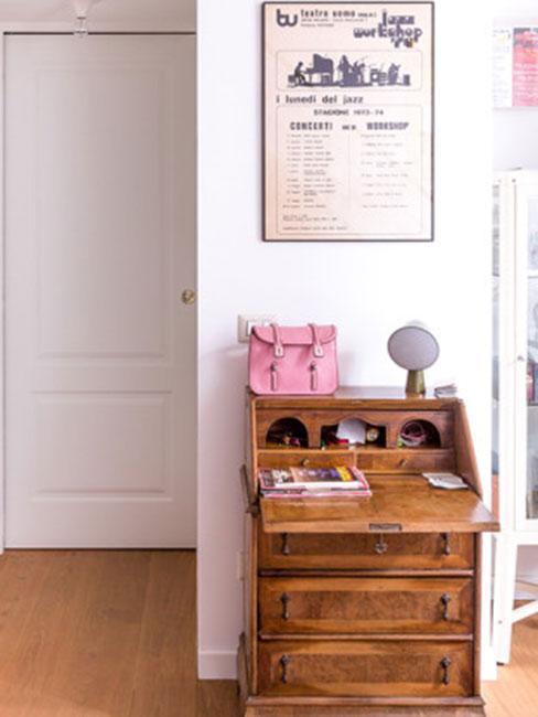 mały przedpokój z drewnianym sekretarykiem vintage