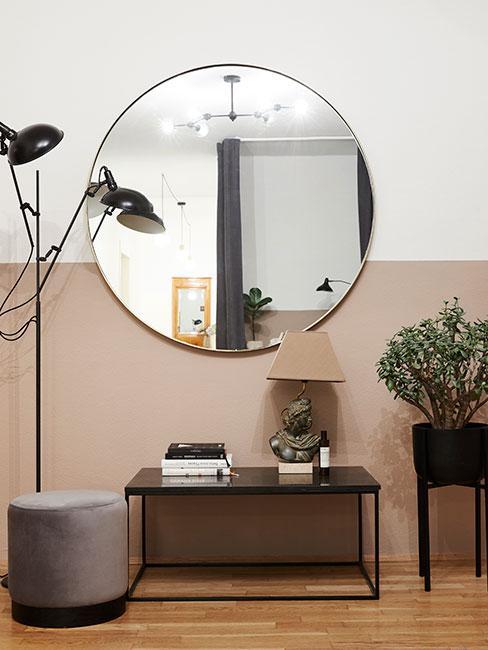klasycuny przedpokój z beżową ścianą i dużym okrągłym lustrem