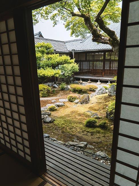 Drzwi ogrodu japońskiego pawilonu otwarte na ogród