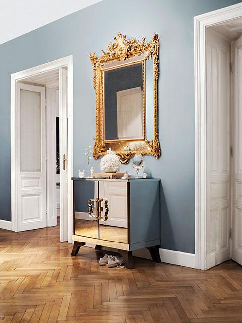 przedpokój glamour z lustrzaną komodą i barokowym lustrem