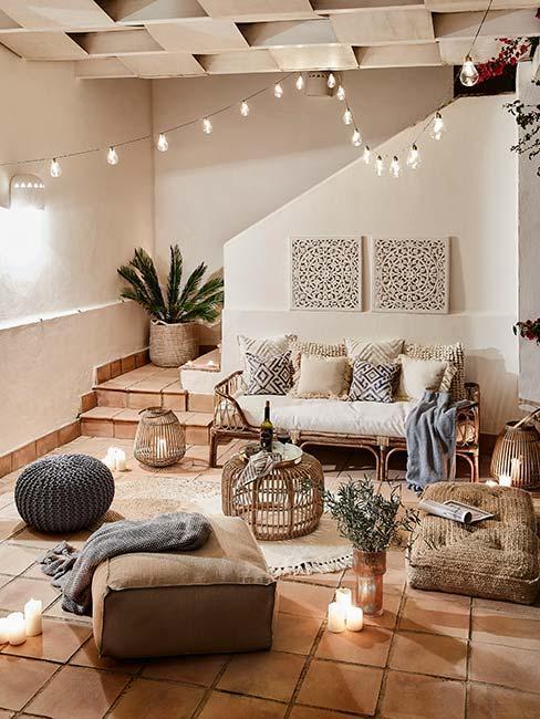 Estetyczny ogród zimowy z meblami wypoczynkowymi