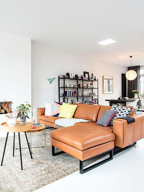 salon w lofcie ze skórzaną sofą w ciepłych barwach