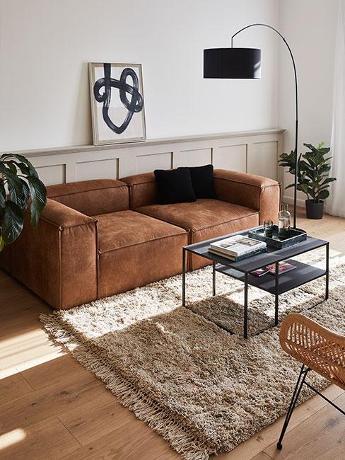 przytulny salon ze skórzaną sofą modułową na beżowym dywanie shaggy