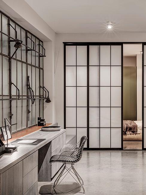 minimalistyczna przestrzeń loftowa z biurkiem i sypialnią za przesuwnymi dzrwiami z papieru