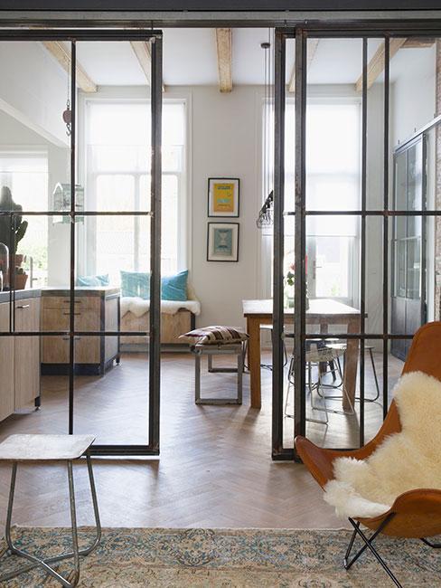 przestrzeń loftowa z drzwiami ze szkła