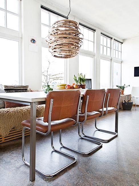 nowoczesna jadalnia w lofcie ze skórzanyi krzesłami i z lampą z bambusa