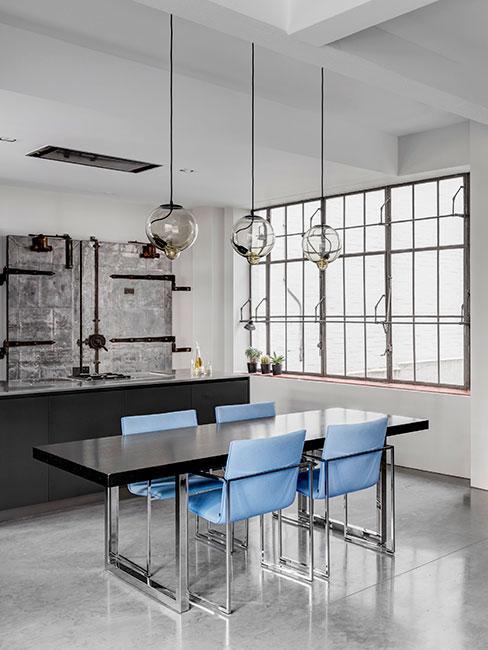 nowoczesna jadalnia z niebieskimi krzesłami w mieszkaniu loft