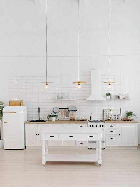 biała kuchnia industrialna w lofcie