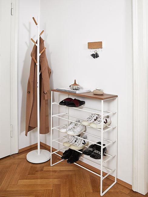 Przedpokój w jasnych kolorach - półka na buty, wieszak na płaszcze, białe ściany