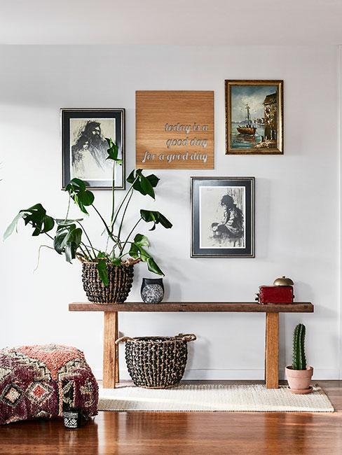 Przedpokój z drewnianymi dekoracjami, rośliną i obrazkami