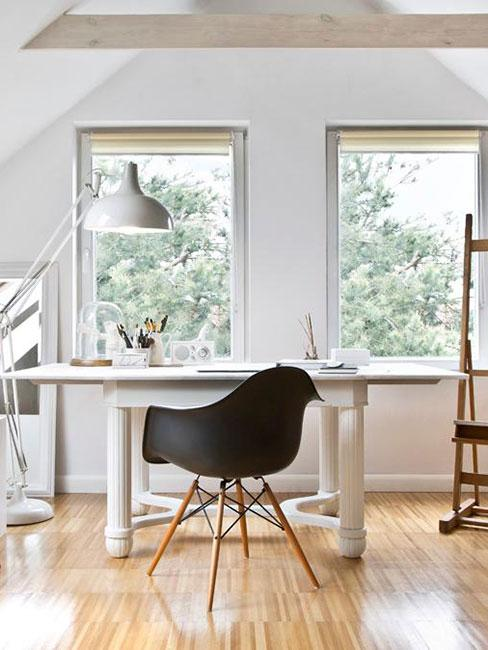 jasne biuro domowe w stylu skandynawskim w mieszkaniu na antresoli