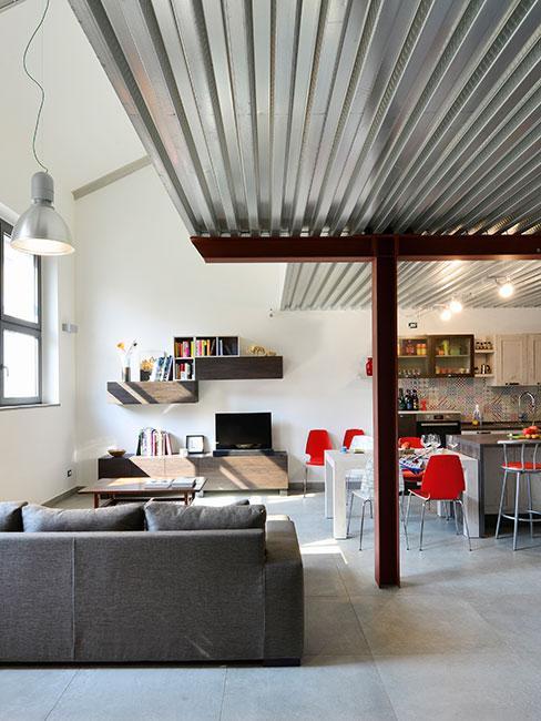 mieszkanie z antresolą w lofcie industrialnym z szarą sofą