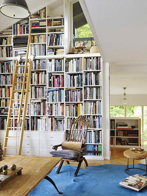 biblioteka w mieszkaniu z antresolą