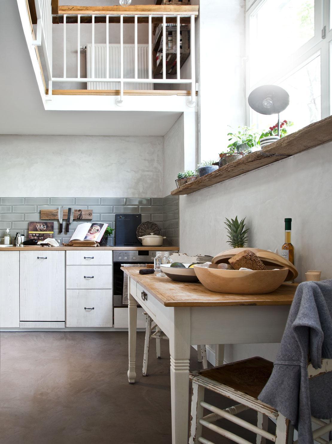 jasna kuchnia w mieszkaniu z antresolą