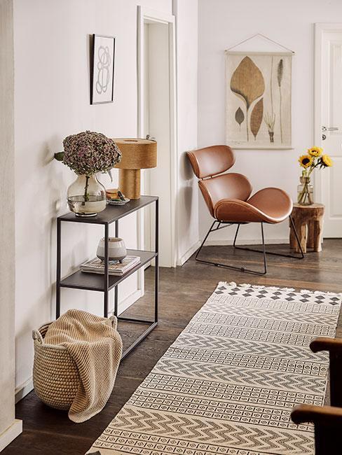 Przedpokój z wygodnym fotelem, dywanem i półką