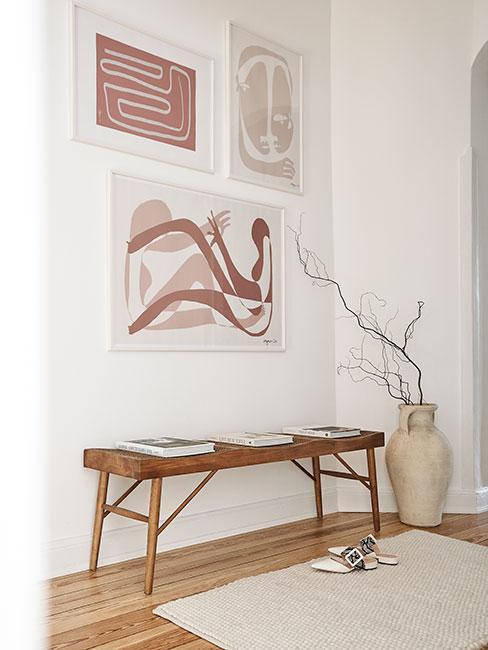 Minimalistyczny przedpokój, biała ściana, brązowa ławka, wazon w rogu