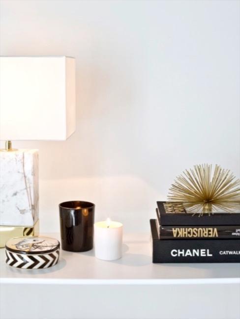 Akcesoria do przedpokoju, półka z książkami i lampą