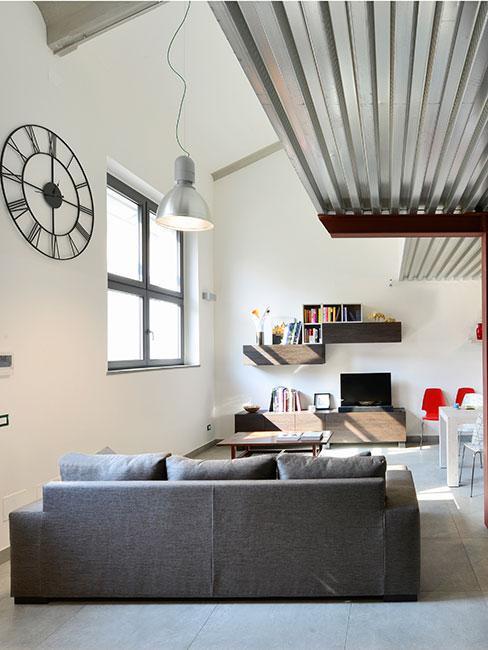 salon w stylu loft z szarą sofą i antresolą