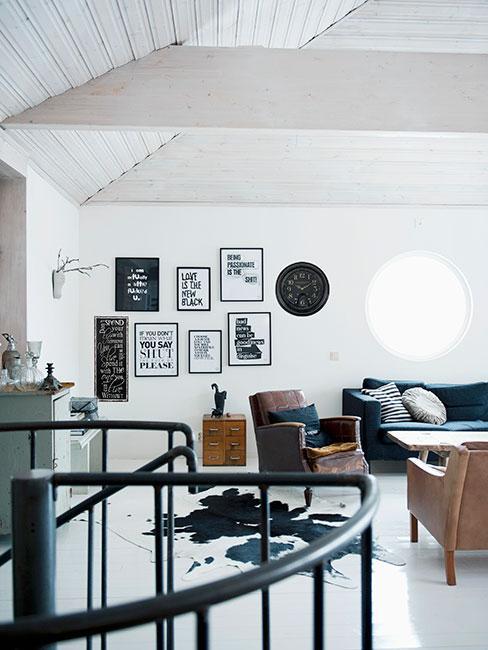 salon w stylu loft z czarnobiałami grafikami na ścianie