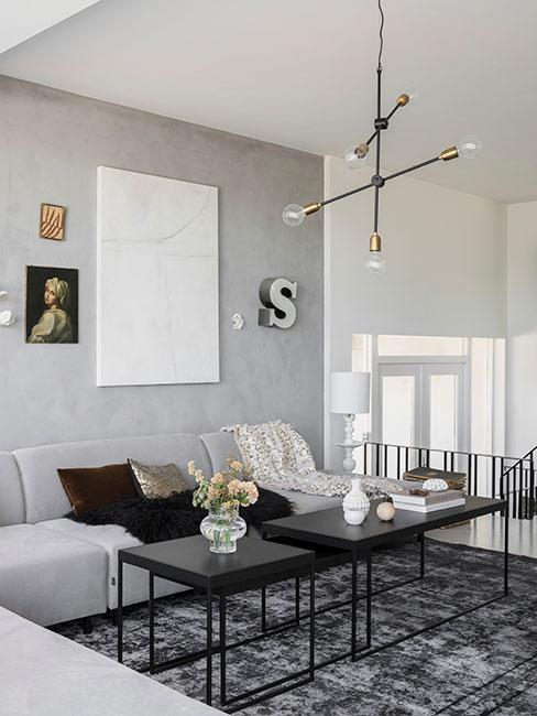 nowoczesny salon w stylu loft z szarą sofą