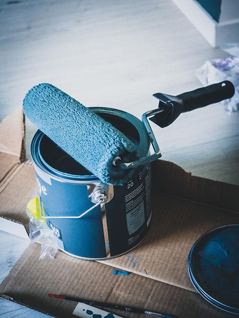 Puszka niebieskiej farby z pędzlem
