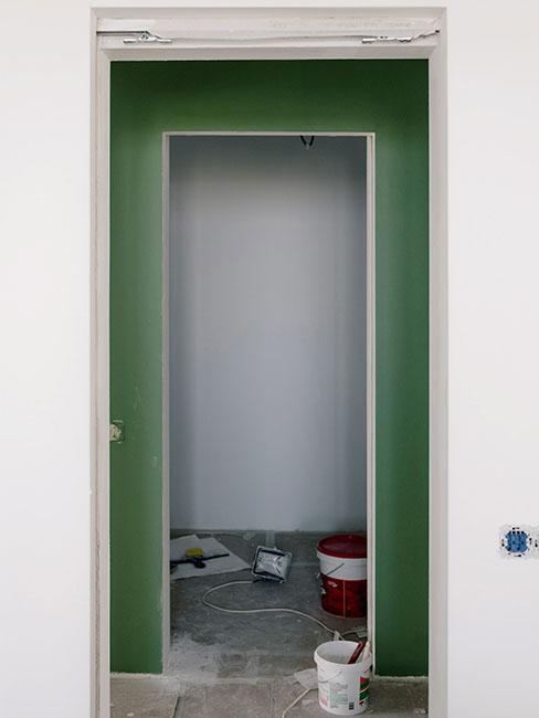 Zbliżenie na drzwi do remontowanego pomieszczenia