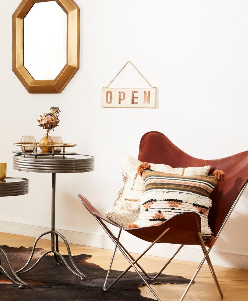Nowoczesny fotel z poduszkami, idealny do czytania