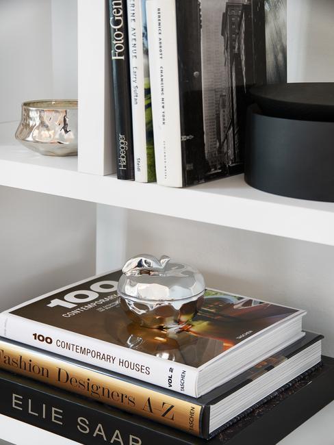 Biała półka z książkami i albumami