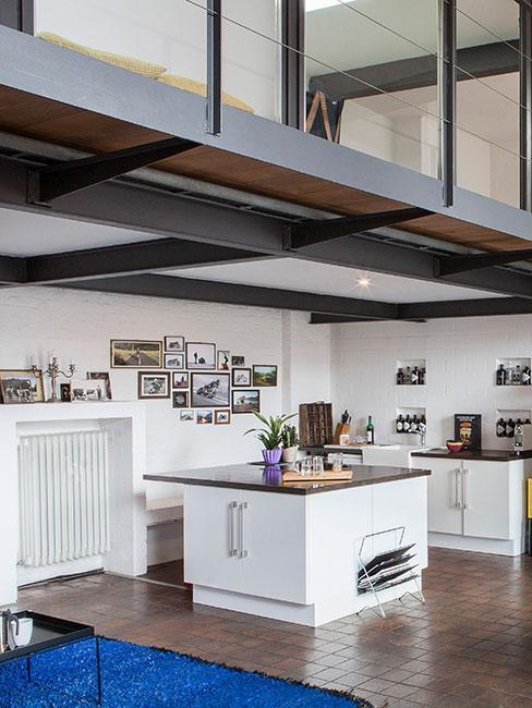 Kuchnia z antresolą w stylu loftowym