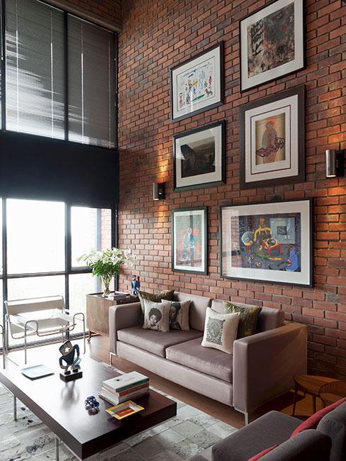 Salon z ścianą ceglaną