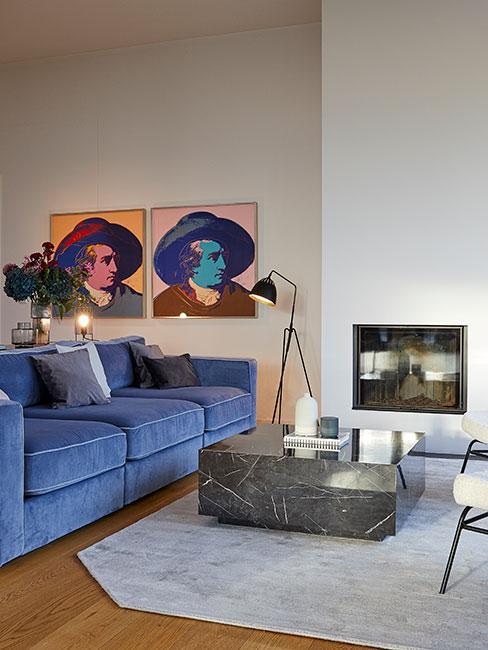 nowoczesne wnętrza w stylu pop-art z niebieską sofą