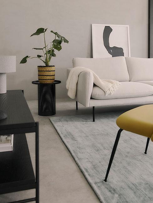 nowoczesny salon z białą sofą w stylu loftowym