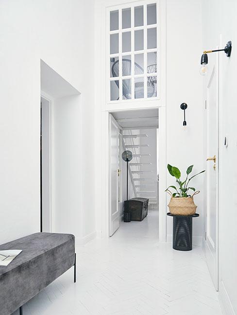 minimalistyczny nowoczesny przedpokój w lofcie