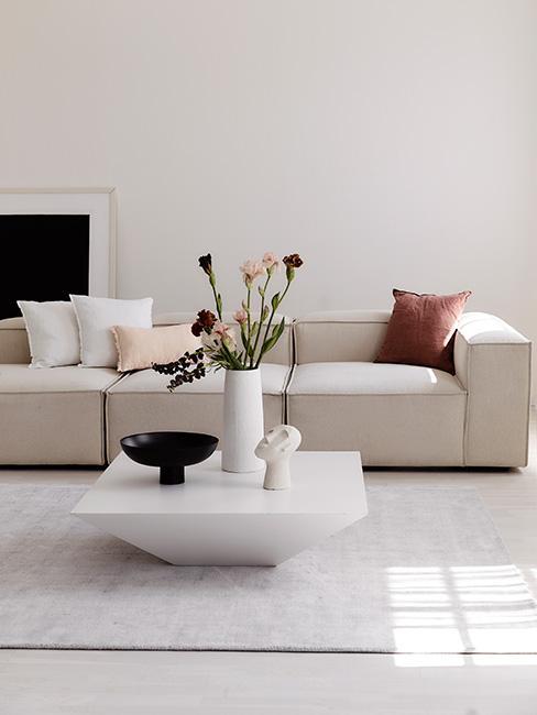nowoczesny salon z jasną sofą modułową i poduszkami w ciepłych kolorach